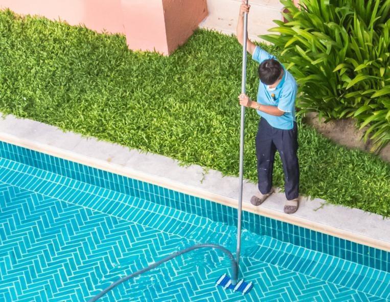 travaux de maintenance de piscine