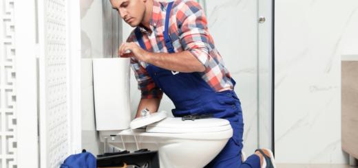 évacuer un bouchon coincé dans les toilettes